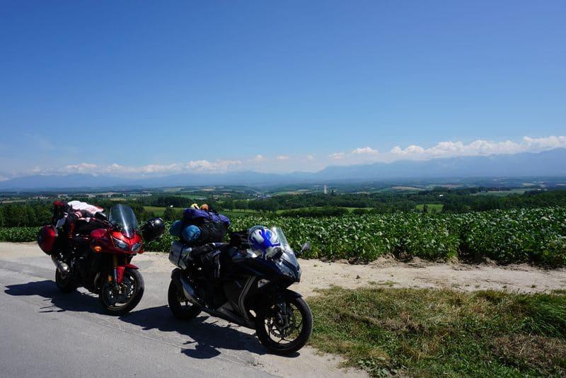 ジェットコースターの道の周囲とバイク