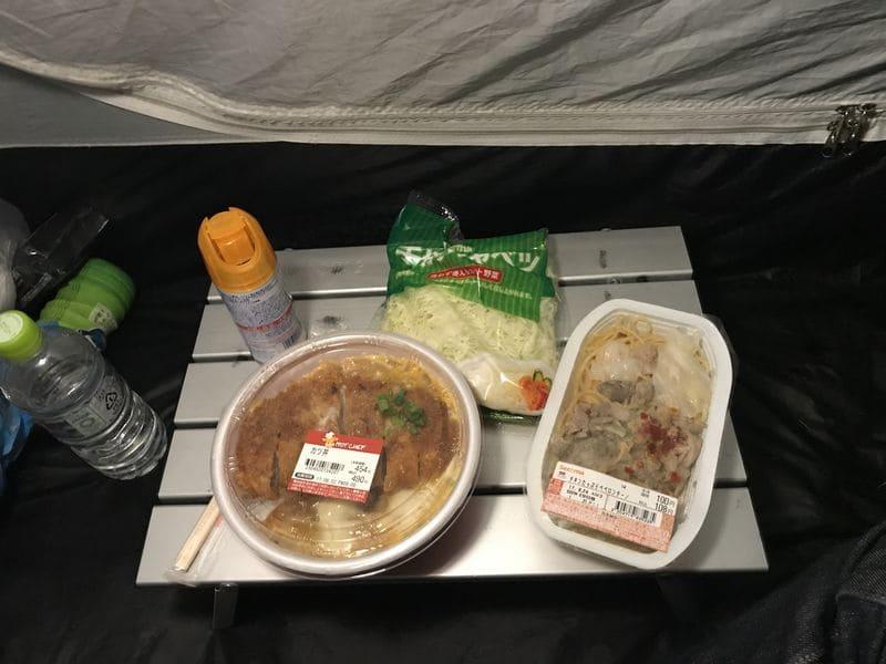 テント内で食べるコンビニ飯