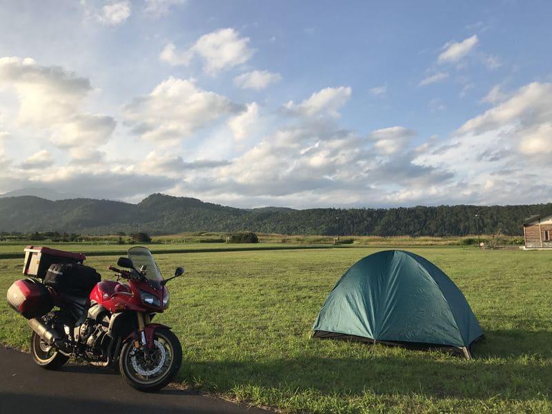 羅臼オートキャンプ場にあるバイクとテント