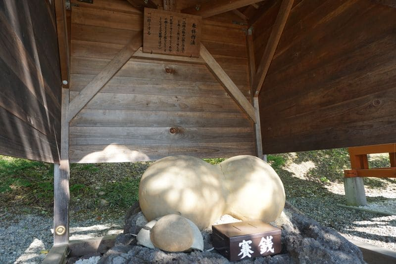 乳神神社の乳石