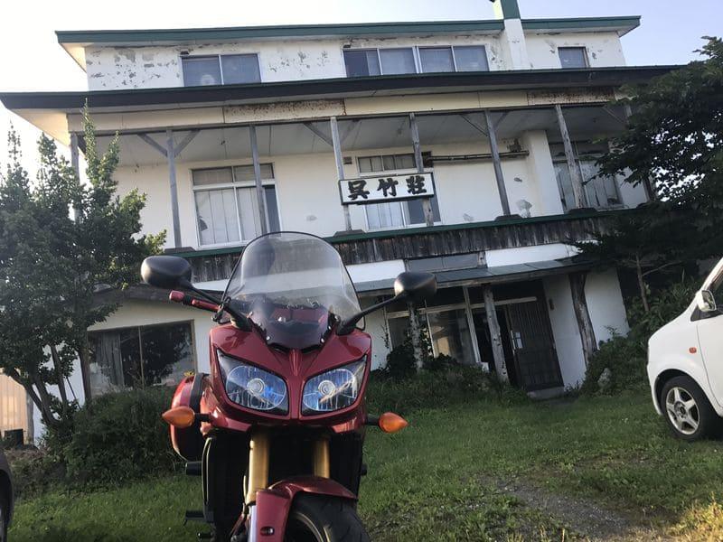 呉竹荘の外観とバイク