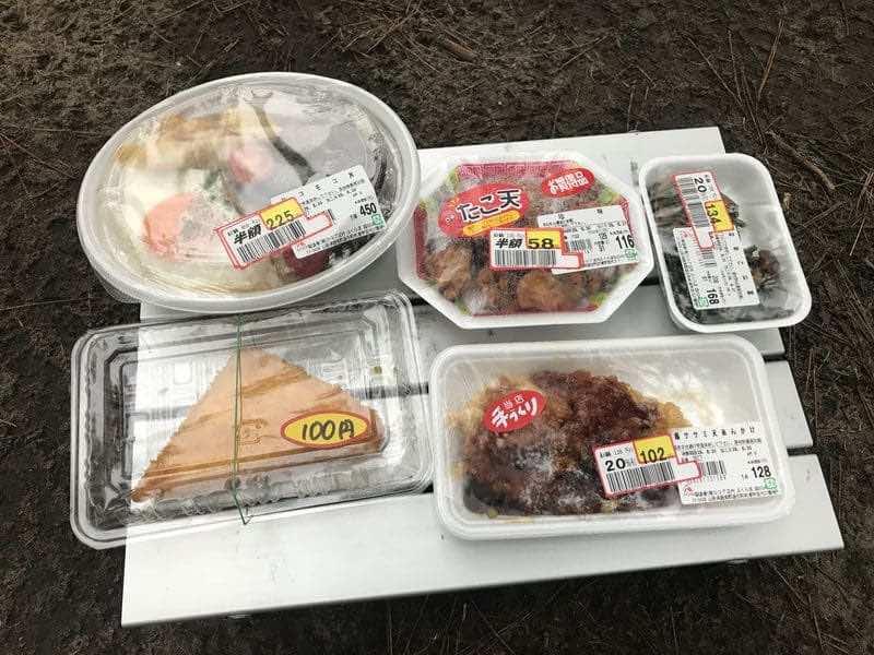 キャンプ場で食べるスーパーの半額惣菜