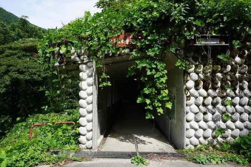 菅沼合掌造り集落へのトンネル