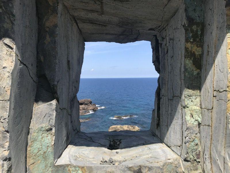 珠洲岬の岩のオブジェからの景色