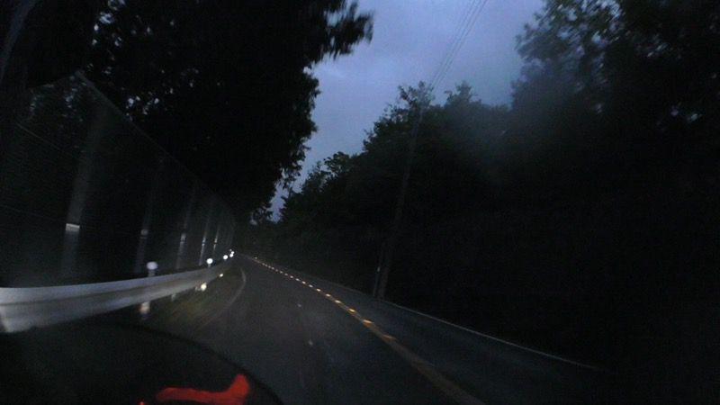 薄暗い山道