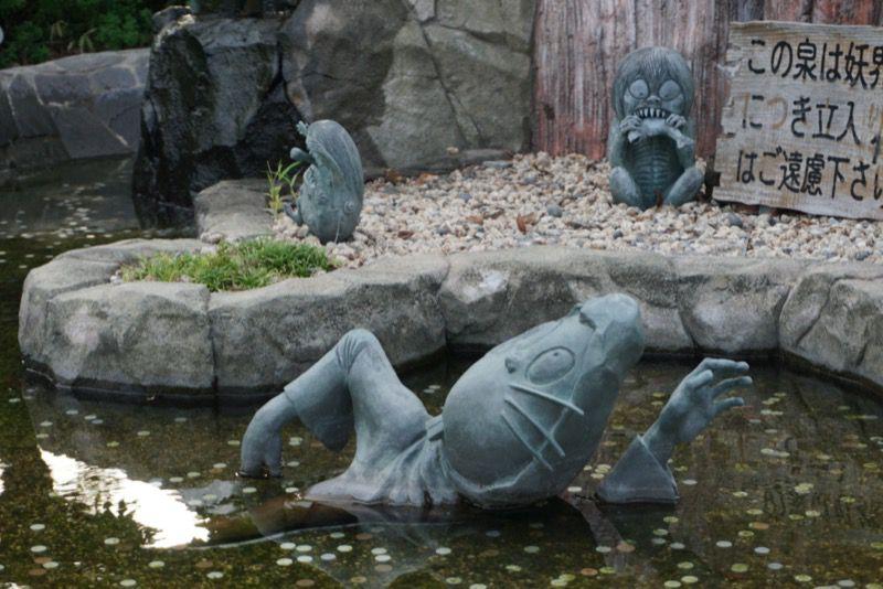 池で泳ぐねずみ小僧